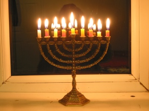 How-to-Light-an-Oil-Hanukkah-Menorah